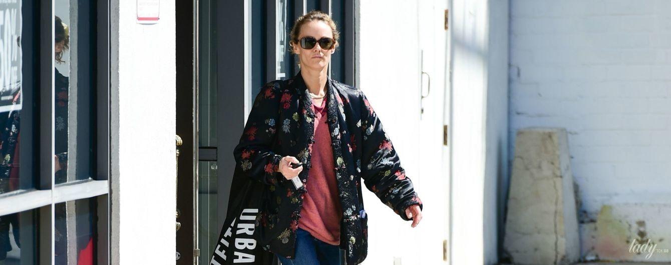 У куртці з квітковим принтом і кросівках: Ванесса Параді на прогулянці в Лос-Анджелесі