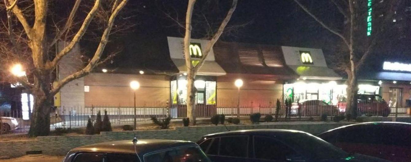 В центре Николаева мужчины устроили стрельбу в очереди в McDonalds