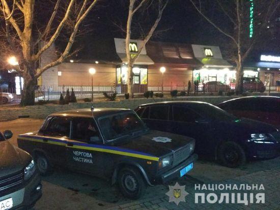 У центрі Миколаєва чоловіки влаштували стрілянину у черзі до McDonalds