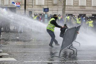 """Підпал будівель, автівок і масові затримання: """"жовті жилети"""" відновили протести у Франції"""