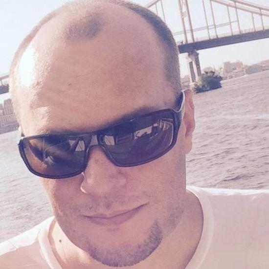 """У Києві помер журналіст видання """"Фокус"""". Його колеги у смерті звинувачують лікарів швидкої"""