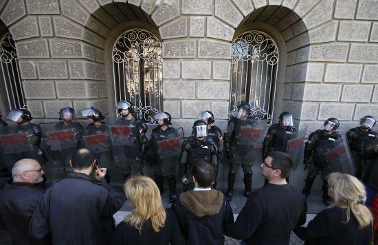 Протести в Сербії продовжуються: активісти заблокували адміністрацію президента
