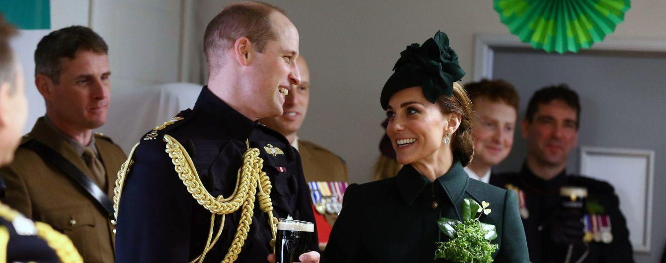 Улыбающаяся Кейт с большой брошью на груди выпила пива с принцем Уильямом