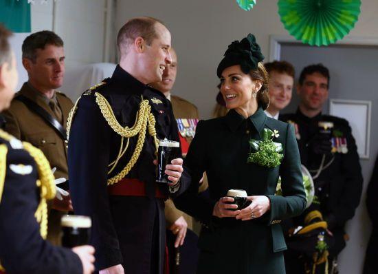 Усміхнена Кейт з чималою брошкою на грудях випила пива з принцом Вільямом