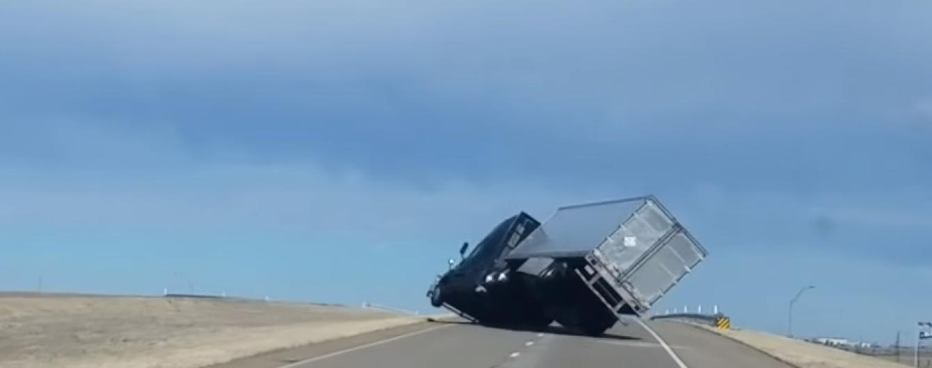 У Техасі зняли, як вітер на шосе здув величезну фуру