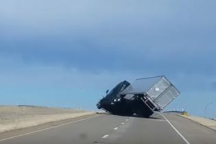 В Техасе сняли, как ветер на шоссе сдул огромную фуру