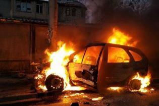 В Киеве легковушка протаранила столб и загорелась