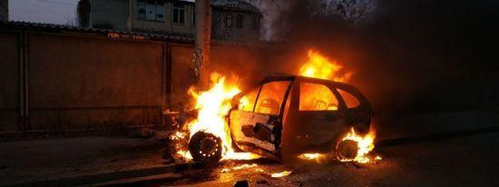 У Києві легковик протаранив стовп і спалахнув