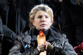 Вместо Louis Vuitton. Сеть шутит с Тимошенко, которая ходила заправкой с хот-догом