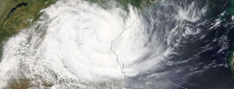 """""""Найстрашніше лихо в історії країни"""". У Мозамбіку потужний циклон потопив будинки і знищив 90% міста"""