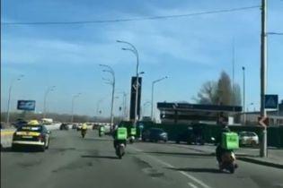 Гонку кур'єрів UberEats і Glovo! на скутерах зняли посеред Києва