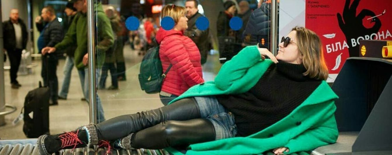 Наталья Могилевская игриво разлеглась на ленте для багажа в аэропорту