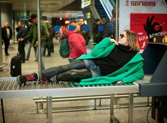 Наталія Могилевська грайливо розляглася на стрічці для багажу в аеропорту