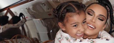 """П'ятирічна дочка Кардашян з чорними губами """"вшкварила"""" хіп-хоп під пісню батька"""