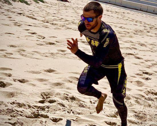 Ломаченко провів інтенсивне тренування на березі океану
