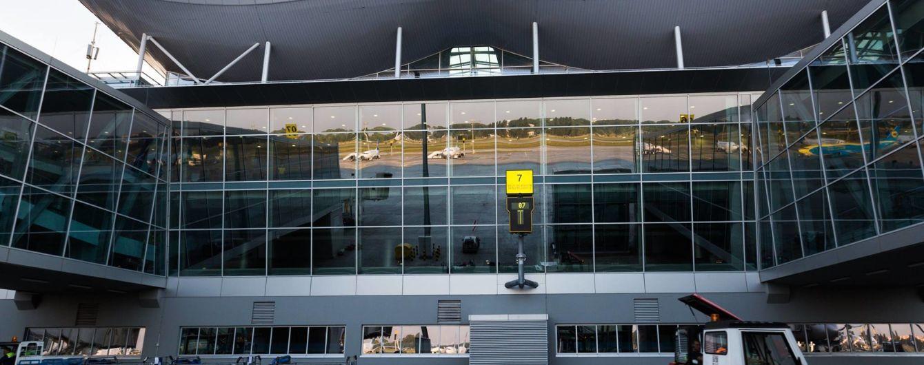 """""""78 камер у штанях"""". В аеропорту """"Бориспіль"""" українець намагався провезти під одягом 26 останніх айфонів"""
