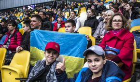 Шевченко пограв у футбол із безногим хлопчиком, а дітлахи на трибунах набивали кульки
