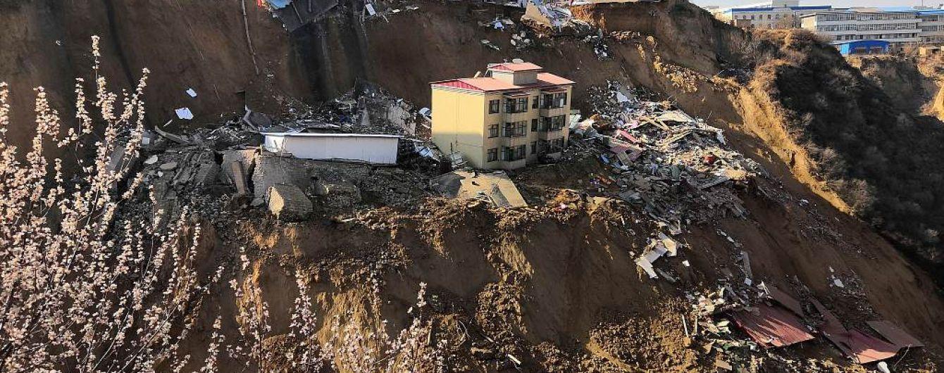Оползень в Китае унес жизни людей и уничтожил часть поселка