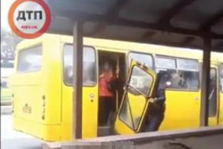 Прохожие сняли, как водитель ломал двери в переполненной маршрутке в Киеве