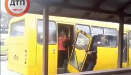 Перехожі зняли, як водій ламав двері у переповненій маршрутці у Києві