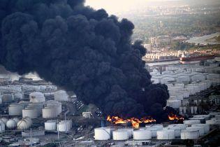У Техасі потужно палають нафтові цистерни, які не можуть ніяк загасити