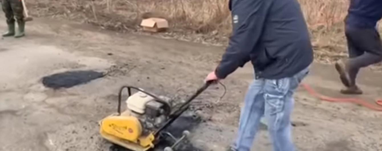 На Тернопільщині люди ремонтують обласне шосе за власний кошт