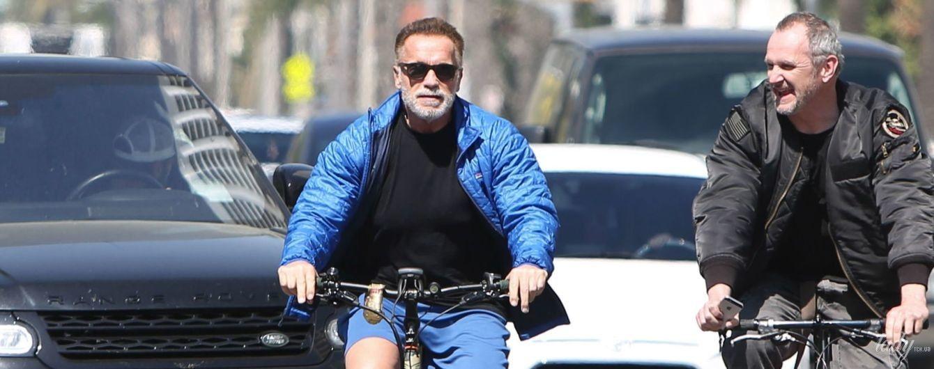 В куртке и шортах на велосипеде: 71-летний Арнольд Шварценеггер на улицах Лос-Анджелеса