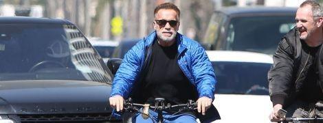 У куртці і шортах на велосипеді: 71-річний Арнольд Шварценеггер на вулицях Лос-Анджелеса