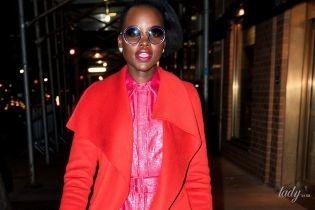 В яскравому пальті та рожевому комбінезоні: ефектний вихід Люпіти Ніонго