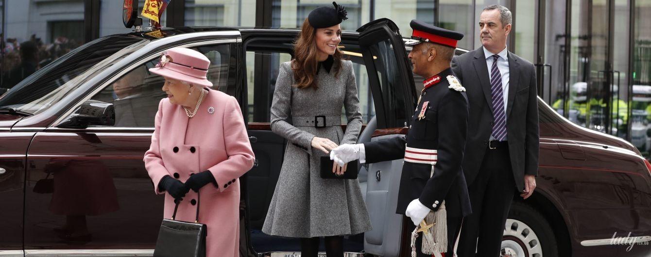 Обидві красиві: королева Єлизавета II у супроводі герцогині Кембриджської прибула до Королівського коледжа