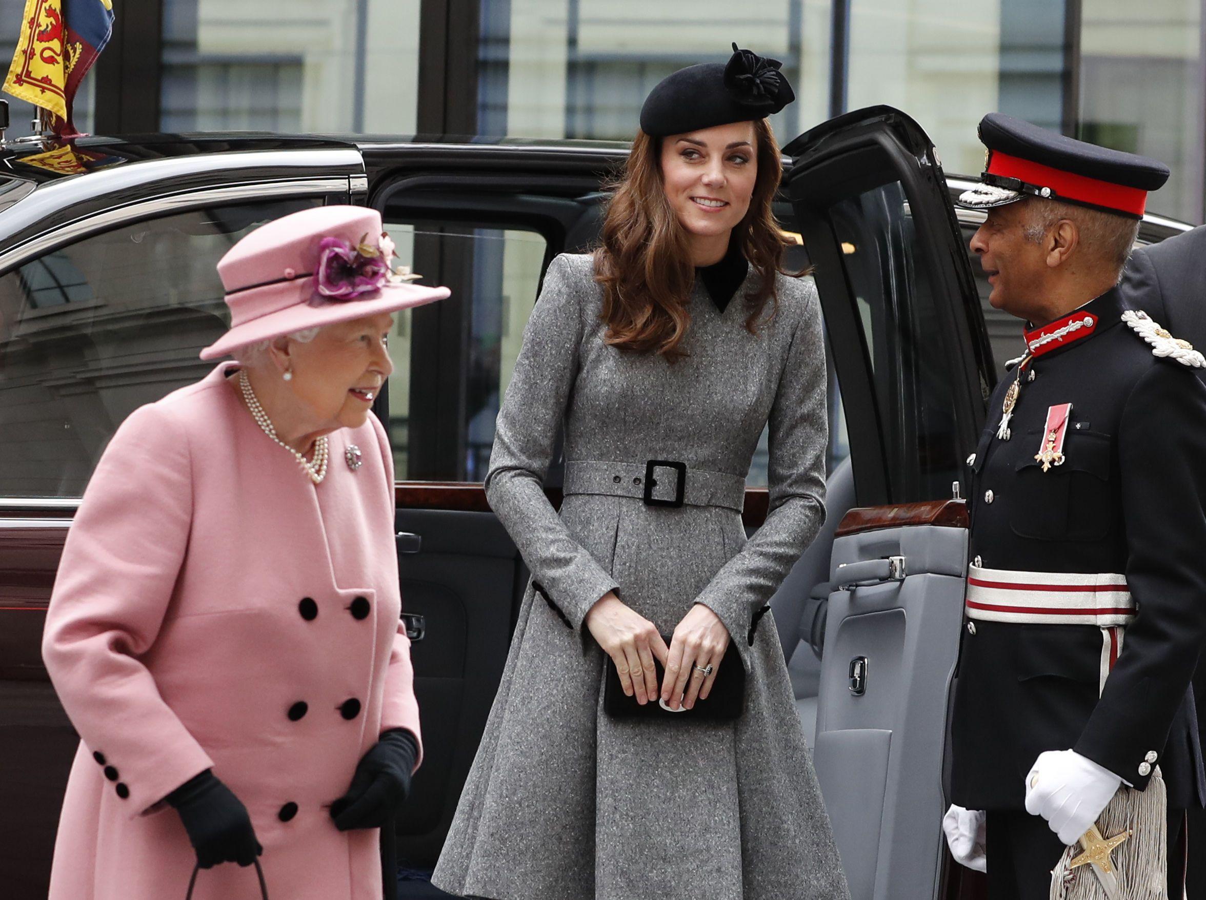 Кейт Міддлтон та Королева Єлизавета ІІ_3