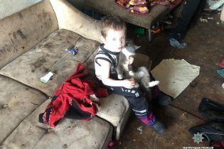 В Черкассах мать держала двух мальчиков голодными в полной антисанитарии