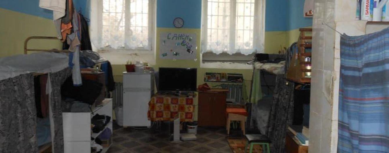 Чистая постель, пароварка и телевизор: у Денисовой показали условия содержания Вышинского в СИЗО