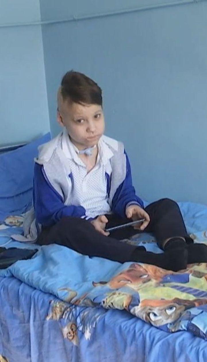 9-летнего мальчика, который выжил после удара током, бросили родители