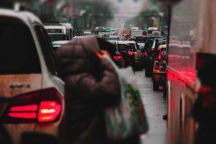 Важливі вулиці і мости Києва захопили затори. Куди не варто їхати 17 травня
