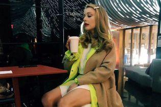 У трикотажній сукні та на підборах: Тіна Кароль блиснула стрункими ногами