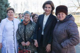 В строгом костюме и на шпильках: Марина Порошенко отправилась в рабочую поездку