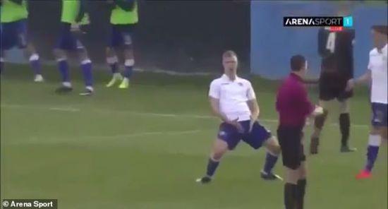 Хорватський футболіст повторив жест Роналду з яйцями і отримав червону картку