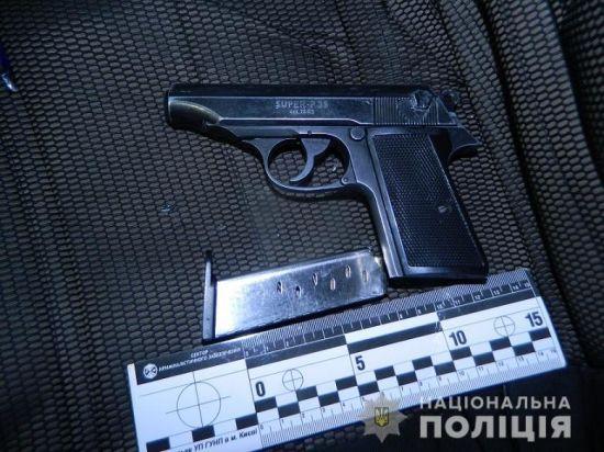 У Києві на Оболонізатримали озброєного чоловіка
