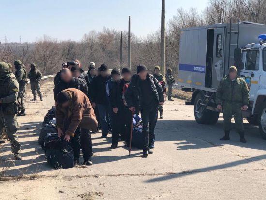 Бойовики передали Україні понад півсотні ув'язнених. Деякі роками відбували покарання без рішення суду
