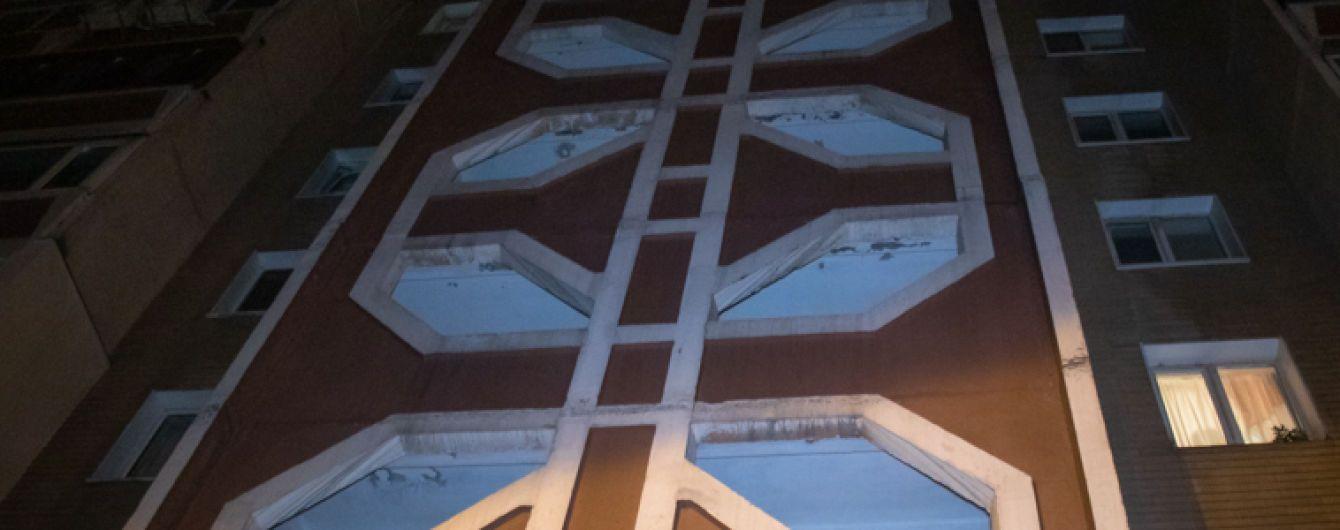 В Києві горе-екстремал стрибнув з 30 поверху та завис на ліхтарному стовпі