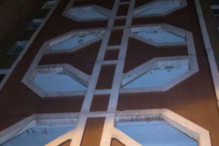 В Киеве горе-экстремал прыгнул с 30 этажа и повис на фонарном столбе