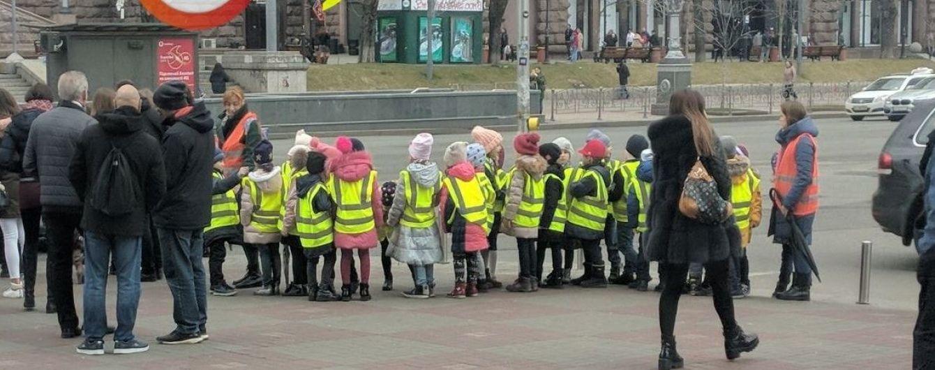 Сеть растрогали малыши в жилетах безопасности на переходе в Киеве