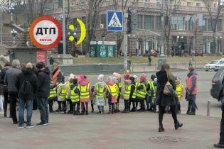 Мережу розчулила малеча у жилетах безпеки на переході у Києві