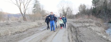 """Священник и дети перепели хит """"Плакала"""" об уничтоженной дороге на Львовщине"""