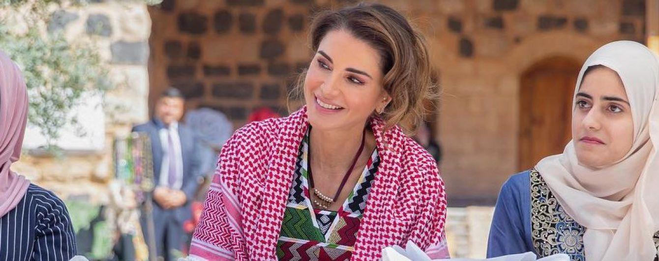 В платье с яркой вышивкой и с куфией: новый образ королевы Рании