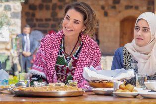 У сукні з яскравою вишивкою і з куфіею: новий образ королеви Ранії