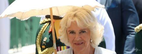В белой тунике и с зонтиком: герцогиня Корнуольская Камилла все еще на Барбадосе