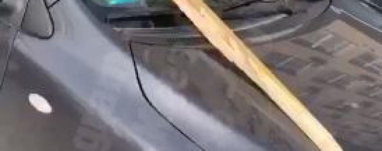 В Киеве сильный ветер сдул с недостроя доски, которые избили автомобили и травмировали человека