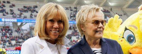 В белом пальто и кроссовках: Брижит Макрон в стильном луке появилась на футбольном матче